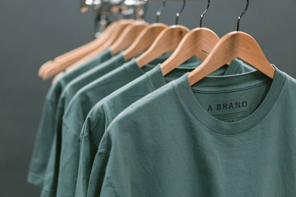 Vihreitä paitoja henkareissa