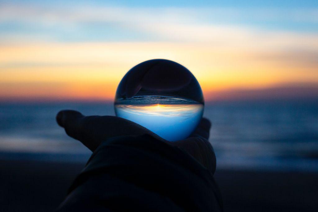 Lasipallo, josta heijastuu horisontti