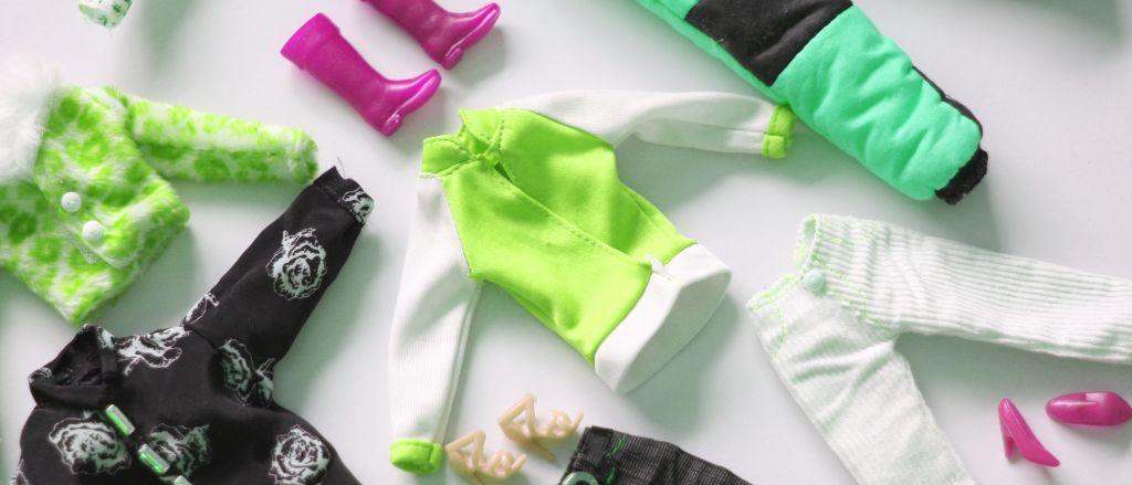 Värikkäitä vaatteita ja kenkiä lattialla